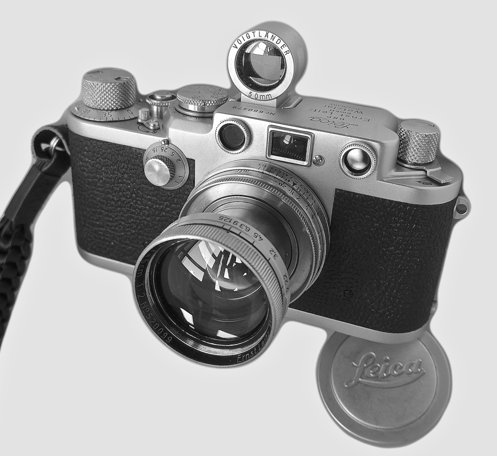 My new (to me) IIIf hailing from 1953 together with a 75-year-old f/2 Summitar 5cm lens. The accessory viewfinder is a vintage Voigtländer which is almost identical to one that Leica marketed in the 1950s. It isn