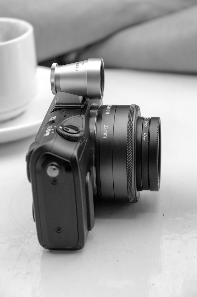 The Voigtländer 35mm viewfinder goes nicely with Canon