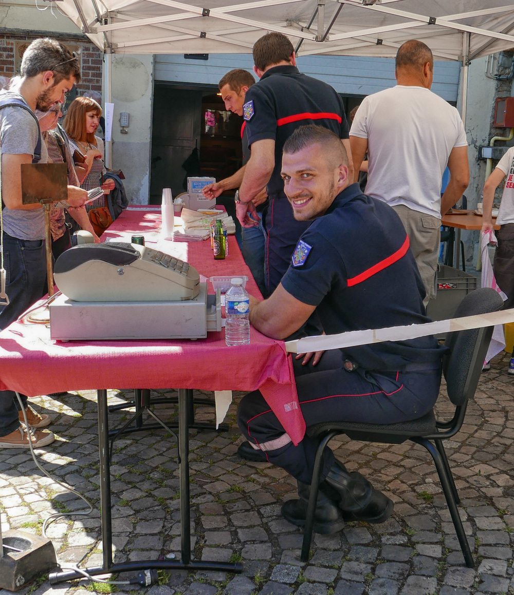 Bièvres Fire Station was turned into a very tasty hot-dog stand with the obliging  pompiers buttering the baguettes and guarding the till