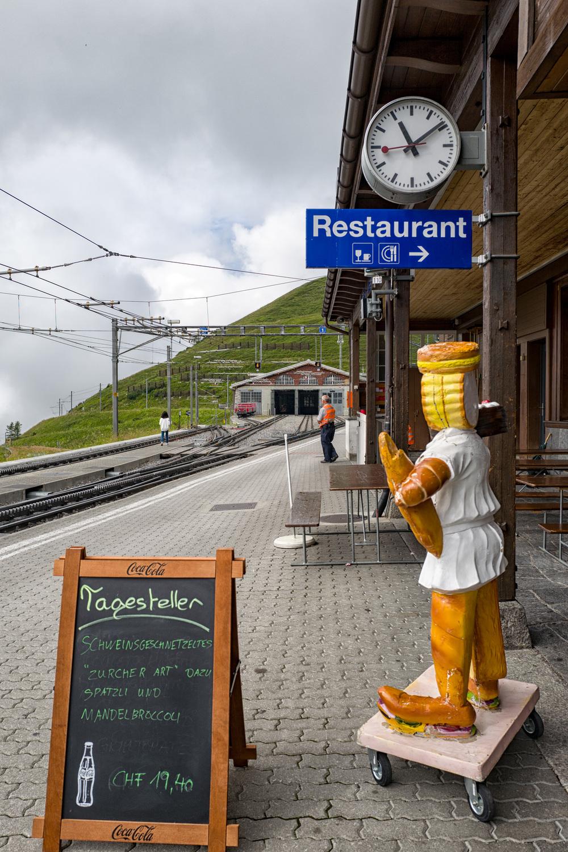 Lunch at Kleine Scheidegg. Almost time to get your tongue around a Schweinsgeschnetzeltes Zürcher Art with Spätzli and almond broccoli. A snip at 19 Frankenand 40 Rappen