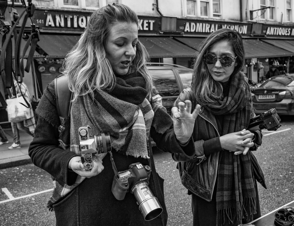 Dani Garbiatti demonstrates to her sister Rafaela how to slot a new aperture preset into the Petzval lens