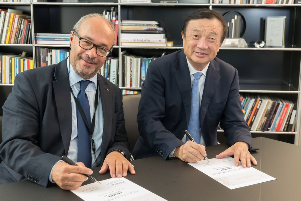 Dr. Andreas Kaufmann and Ren Zhengfei signing the new cooperative agreement between Leica and Hauwei