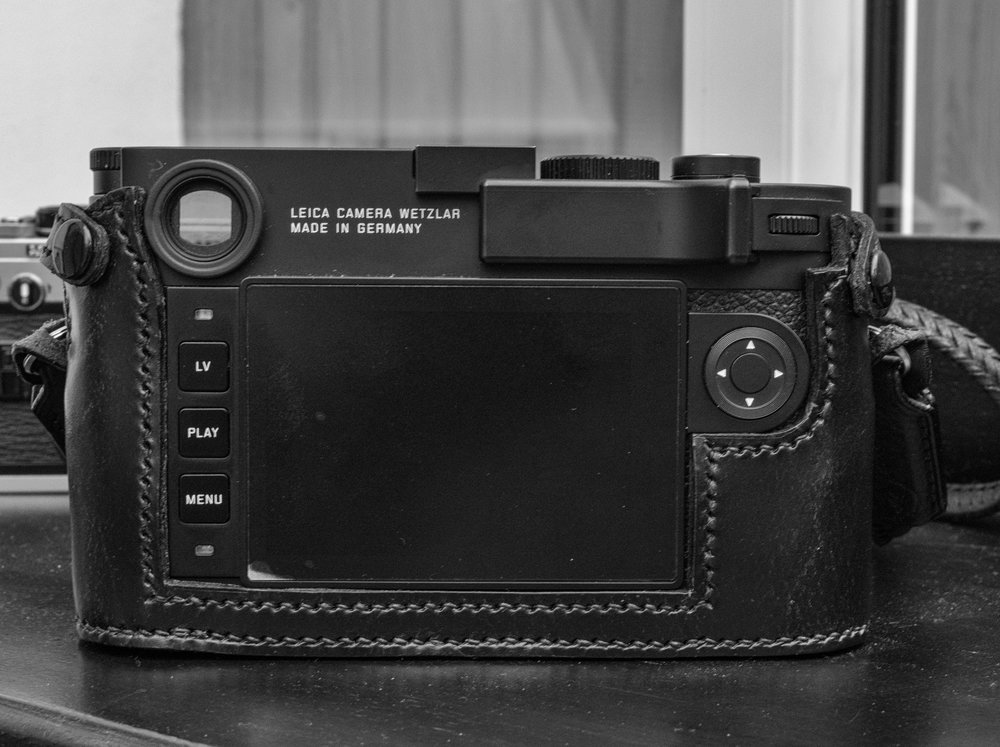 By discarding the traditional screen-top leather frame and strengthening the side bars, the case remains rigid while allowing the use of the Leica thumb grip (as here) or the Match Technical Thumbs Up.(Note that this is a pre-production model although there are no changes in the serial production).