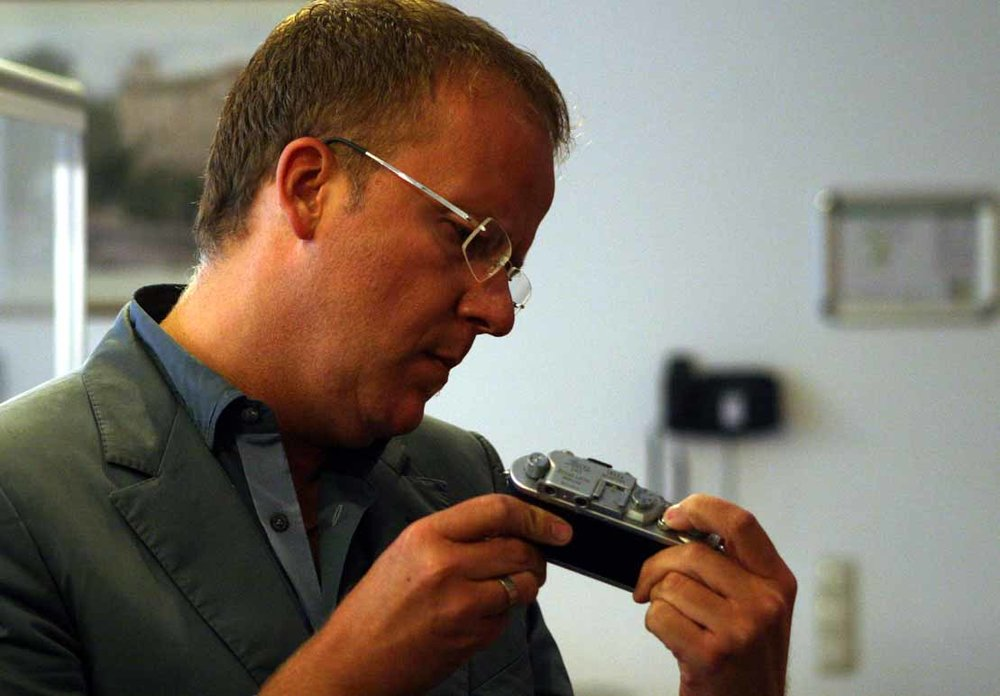 Lars Netopil checking a screwmount Leica camera from thirties  © jmse