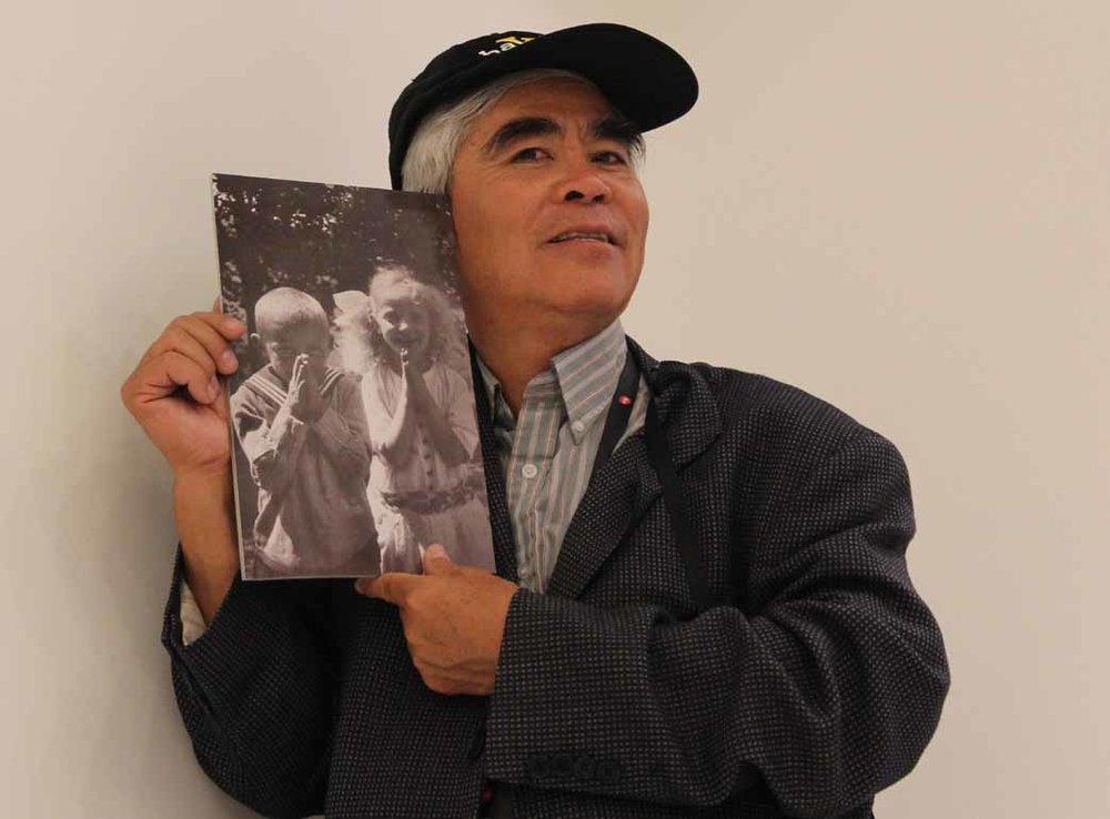Nick Ut posing with a photograph of Oskar Barnack's children, Conrad and Joanna, taken with the Ur Leica in 1914 in Wetzlar.  © jmse