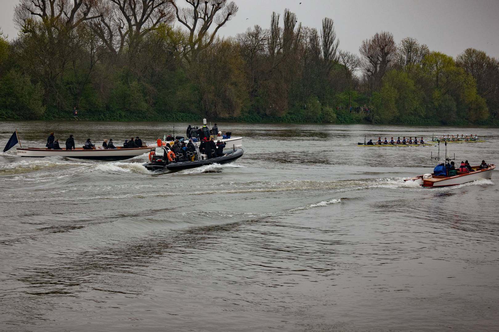 Boat chasing on the Thames