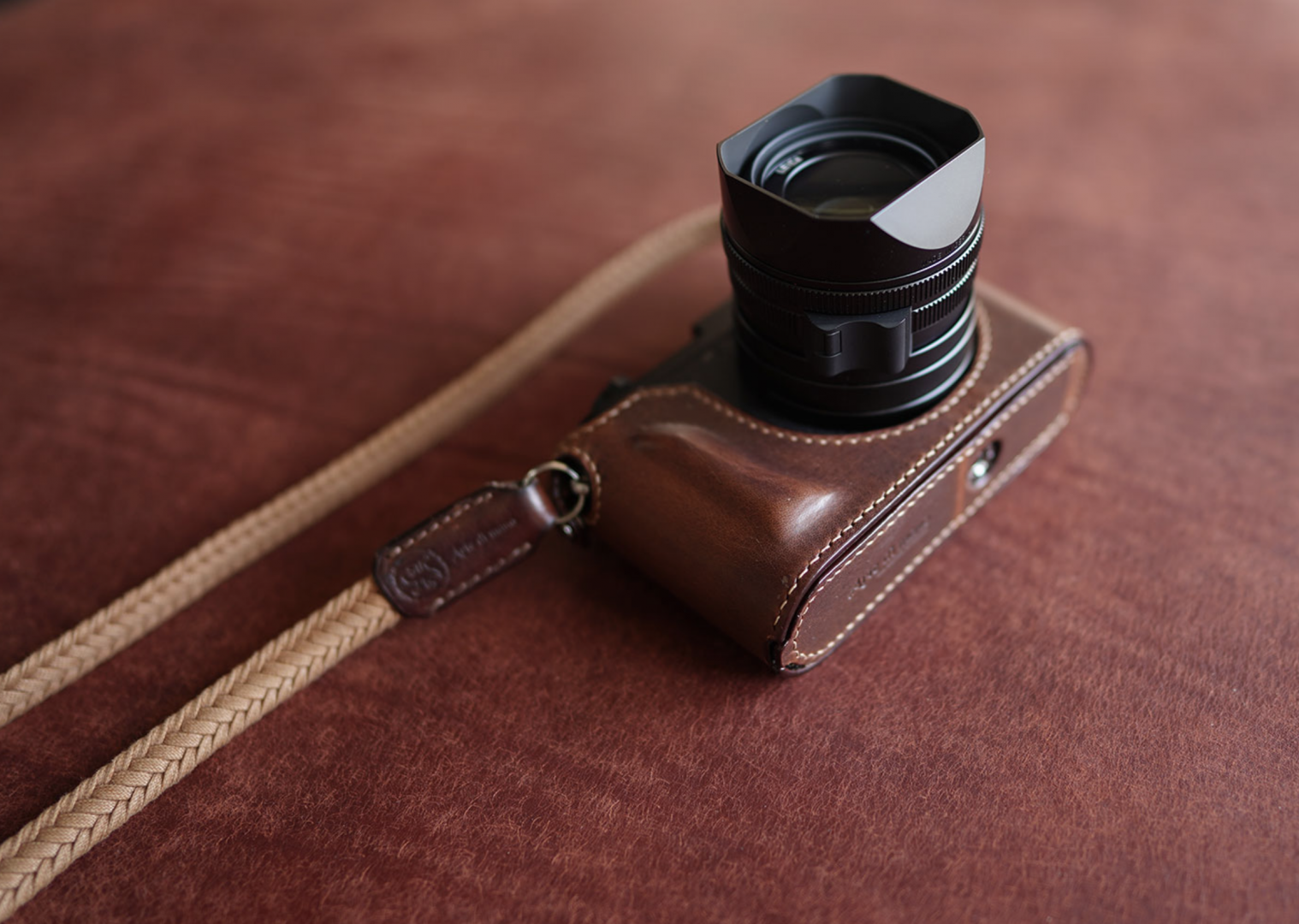 The Q2 Arte di Mano case includes a small handgrip made from layers of soft leather