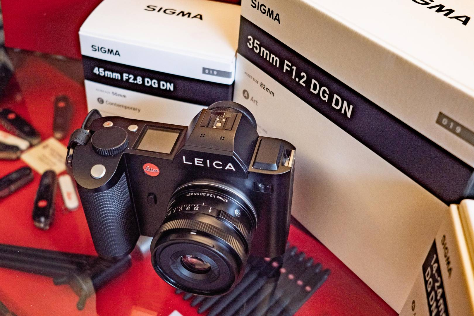 This is the first really compact full-frame prime for use with the Leica SL. It's light and makes handling a pleasure.