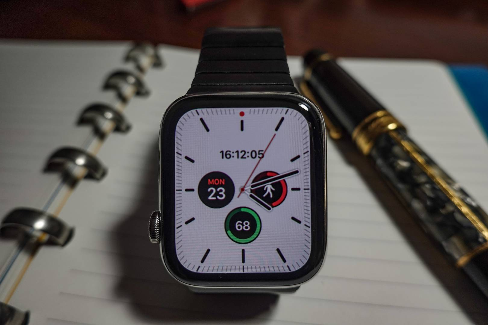 One of the new faces for OS6, Meridian. I like this because the traditional watch dial occupies the full screen with the complications inside. Here we bave digital time, steps, battery level and day/date.