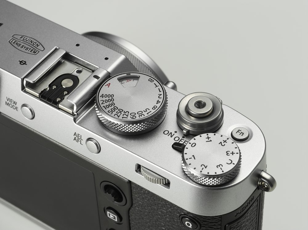 Fuji's X100 series became the darling of the street photography. Like the X1, it provides sensible physical controls, a fixed 35mm-equivalent lens.
