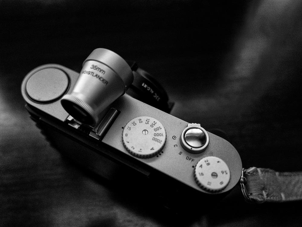 The original 2009 Leica X2 set the trend for simple, fixed-lens compacts. It even preceded the Fuji X100 which gained a lot more attention. The X1 provides simple physical controls and is ideal for street photography.