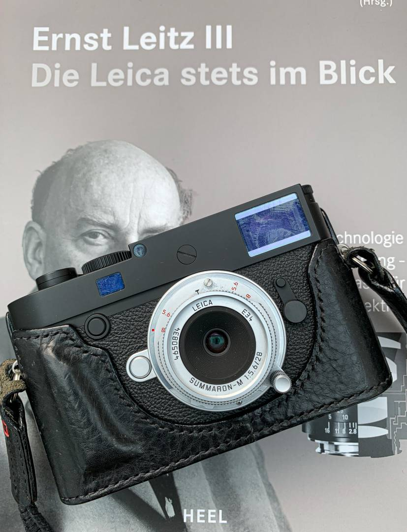 The modern Leica 28mm f/5.6 Summaron and the Leica M10-D with Arte de Mano leather half case. A suitable outfit for street photograpjhy.