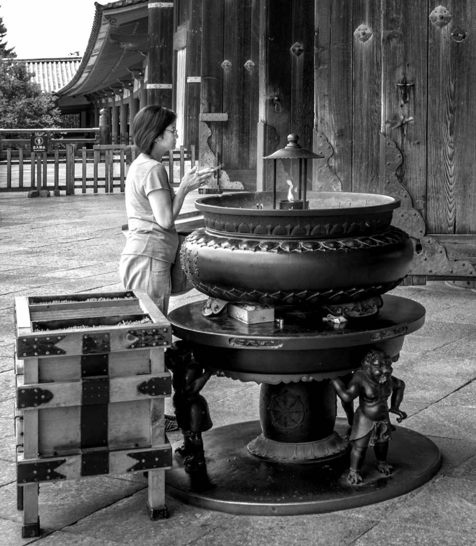 Todai-Ji Worshiper, Leica M8 28mm Voigtländer 1.9
