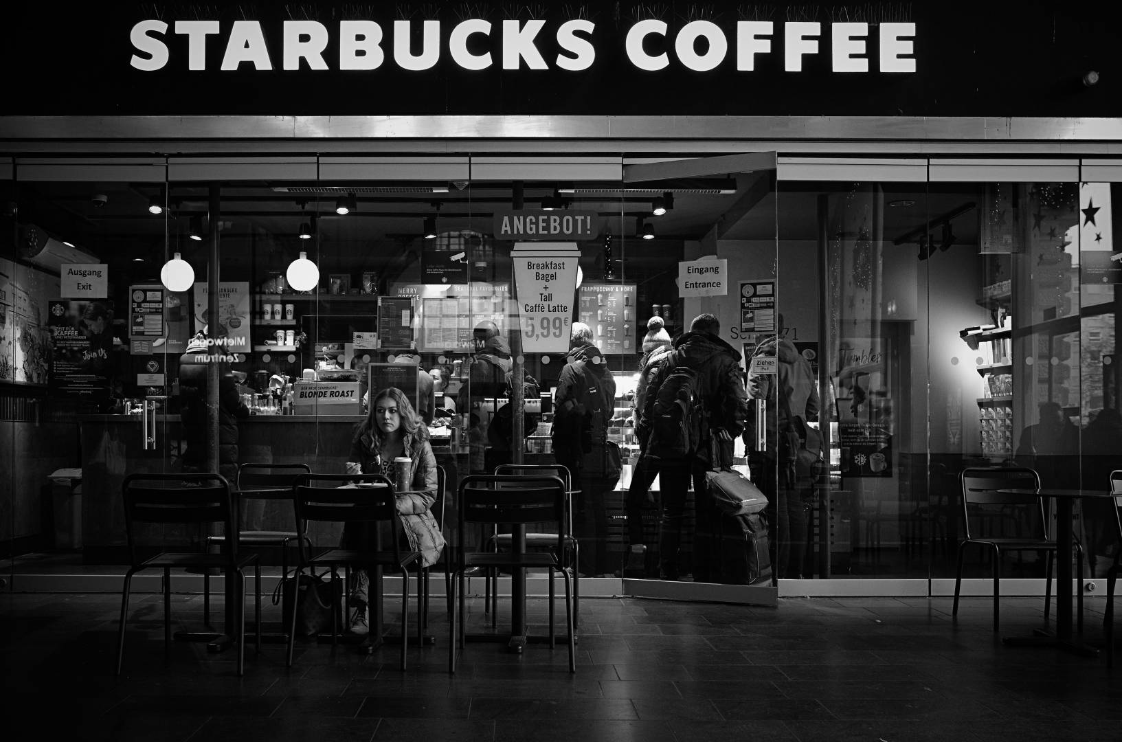 Starbucks Angebot! Monochrom, without red-dot, lashings of grey, just £7,250 (lens extra)