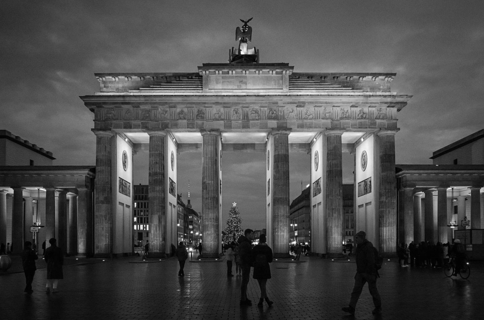 Eight years after the Belin launch of the first Monochrom, black and white returns to the capital. Above, Brandenburger Tor seen from Pariser Platz; below, from the Tiergarten.