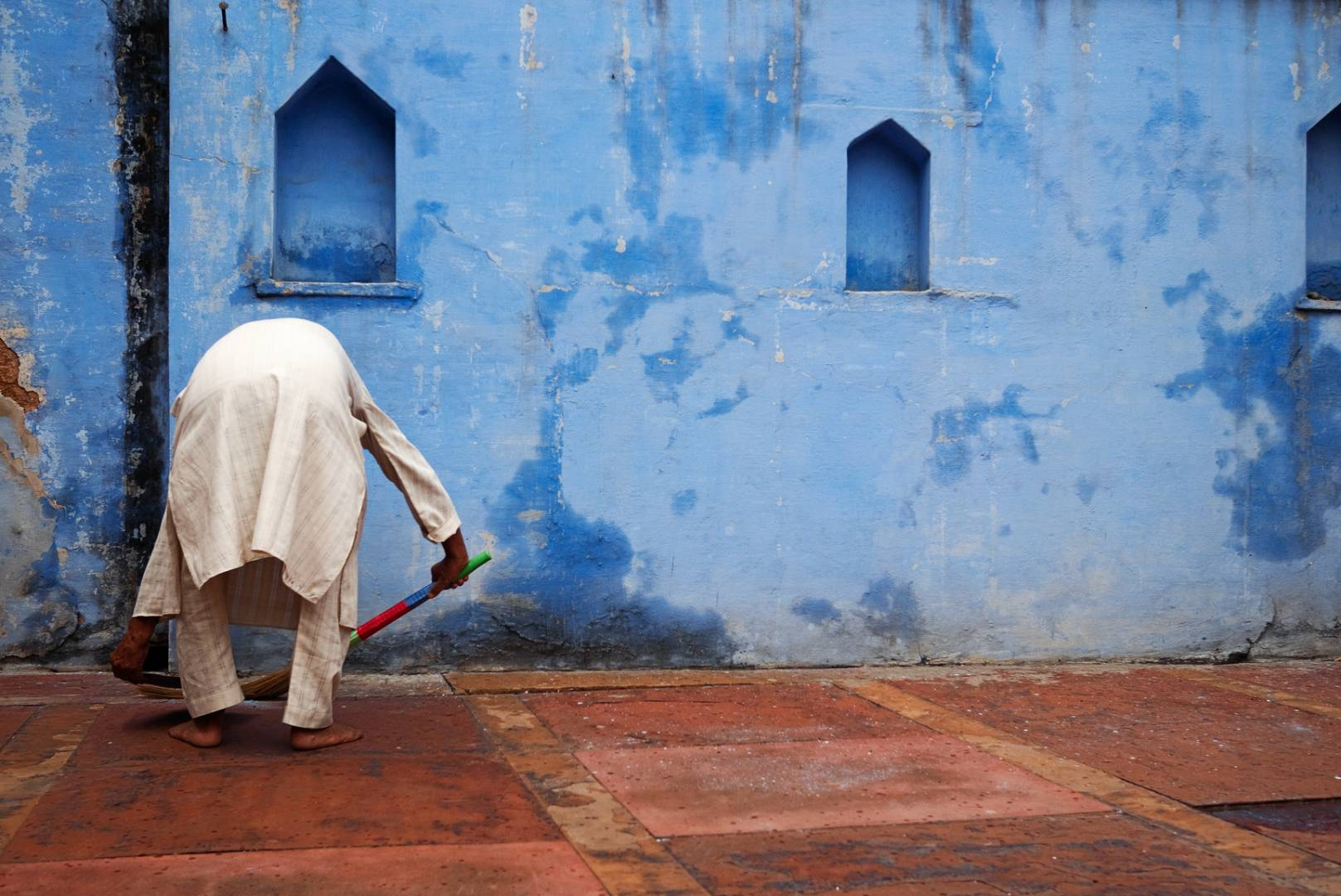 The Nawab of Rukn ud-Daula masjid, Chawri Bazar. Nuruddin sweeps the terrace of the c.18th century mosque. As the others in the group snapped away at the fine stone carvings, I took a more prosaic shot of an elderly caretaker intent on keeping his quarters clean.
