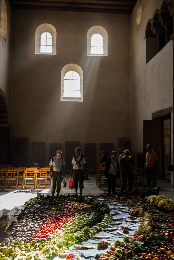 Thanksgiving in the Romanesque church of Reichenau-Mittelzell, which is part of the Unesco world heritage site. The local farmers and fishermen lay a carpet of vegetables, fruits and (smoked and vacuum-packed) fish to thank God for a good harvest. (Leica M 262, Summarit-M 35; 1/30 sec. f/2.8, ISO 400)