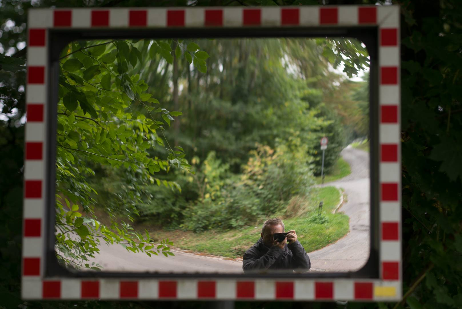 The author im Straßenspiegel (Leica M240, Apo-Summicon-M 75, 1/180 sec., f/2.4)