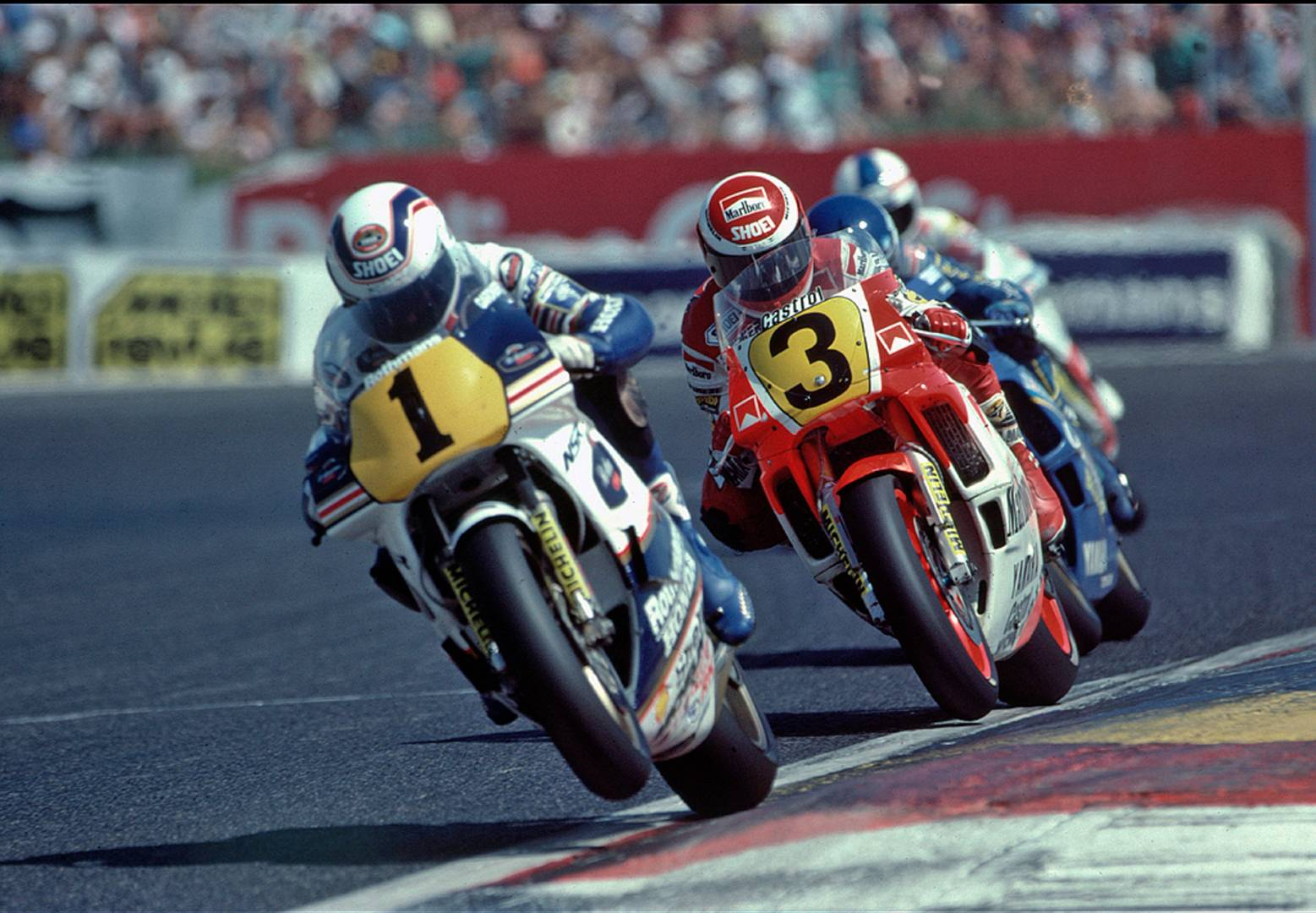 Wayne Gardner leads Eddie Lawson and the pack in the 1987 French Grand Prix (©Don Morley)