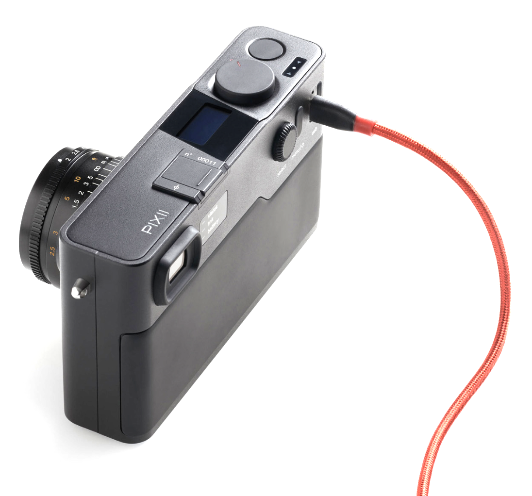 With no external storage, the Pixii relies on a cable connection for file transfer and charging. However, Bluetooth connection ensures that images to straight to your smartphone as they are taken.